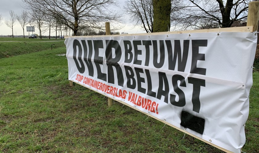 Spandoek van de bezorgde bewoners van Overbetuwe Overbelast bij de Wolfhoeksestraat. (foto: Overbetuwe Overbelast)