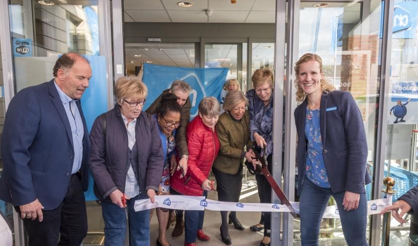 Onder toeziend oog van supermarktmanager Falco Otterloo en zijn assistente Ruth Hertog openden klanten de vernieuwde Albert Heijn in Arnhem-Vredenburg. (Foto: Albert Heijn/ Ruben Schipper)
