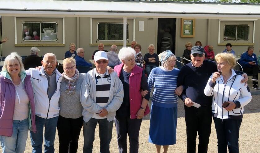 Prijswinnaars: Ria van de Pavert, Henk Hof, Marian Staring, Jan Wijnnobel,  Mimi Dikotter, Ria Lippmann, Frans Krol en Thea Reymers. (foto: JBC Lingewaard)