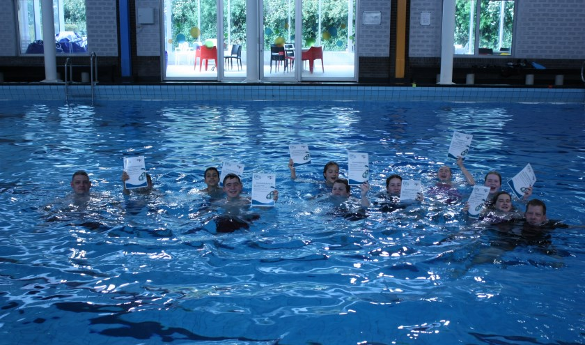 Negen jonge snorkelduikers met hun trainers. (foto: pr duikteam Sub Aqua Libera)