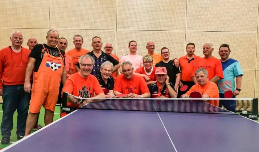 De meeste deelnemers waren gehuld een oranje outfit. (foto: Henk Buiting)