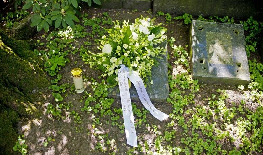 Bloemstuk op graf Marie Schuster. (foto: Vereniging Nederlands Cultuurlandschap)