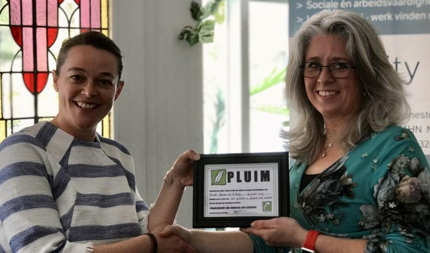 Uitreiking van de plum door Rianne Jansen, voorzitter stichting Op Eigen Tenen aan Mireille Hopman van TriUnity. (foto: H. Hopman)
