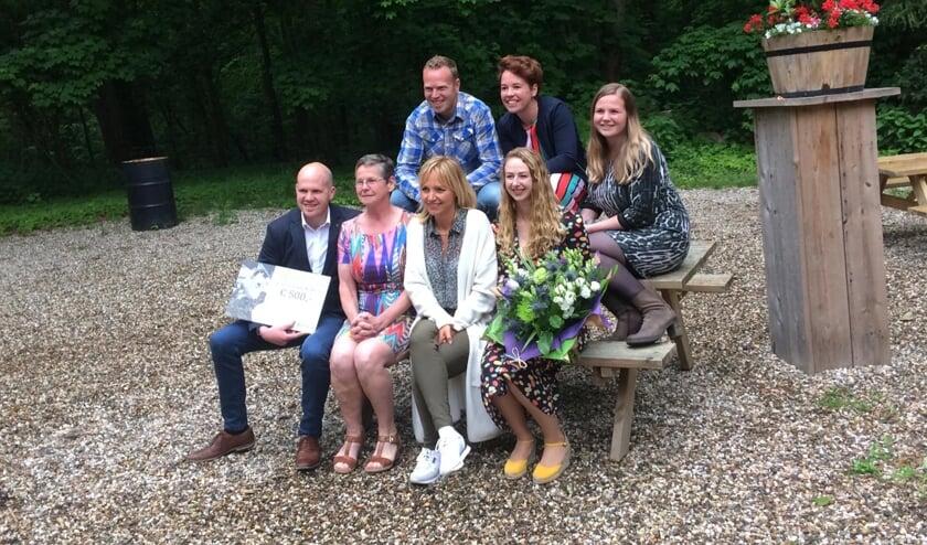 Yvonne Jaspers deelt prijs uit aan familie Bouwens. (foto: ForFarmers)