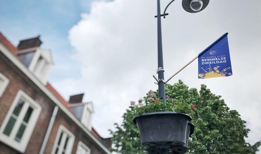 Tachtig dweildagvlaggen kleuren Bemmel geel/blauw. (foto: Anniek van de Berg)