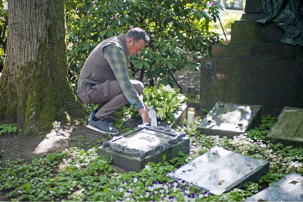 VNC-directeur Jaap Dirkmaat legt bloemstuk op graf Marie Schuster. (foto: Vereniging Nederlands Cultuurlandschap)  © Hét Gemeentenieuws