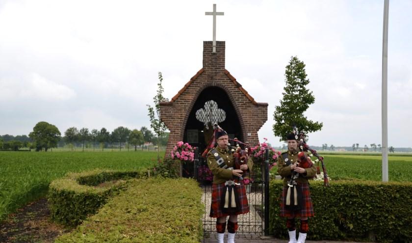 Tijdens de exodustocht een ode bij de kapel op De Heuvel. (foto: Martien van Hemmen)
