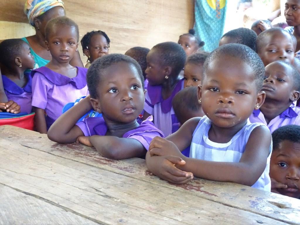 Kinderen in uniform. (foto: stichting Kwame) Foto: stichting Kwame © Hét Gemeentenieuws