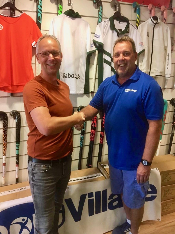 Voorzitter MHCBemmel800 (links) bedankt Theo Verpoort van Sport Village voor sponsoring.