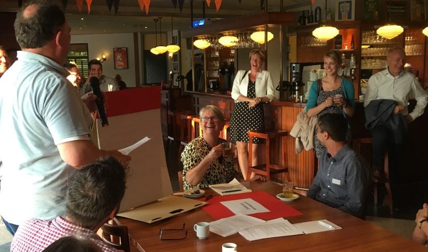 Wethouder Helga Witjes wordt toegesproken door voorzitter Sjaak Kregting. (foto: Wim Meijer)
