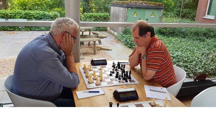 de halve finale. Links Piet de Leeuw (Mook), rechts Martin Weijssenfeld (Elster Toren).