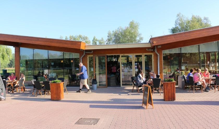 Wandelaars genieten van een welverdiende rust bij theepaviljoen Horsterpark . (foto: Liemers Posbankloop )