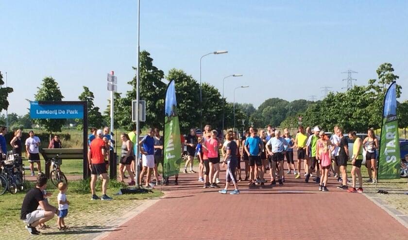 Enthousiaste deelnemers kort voor de start in Park Lingezegen. (foto: Running-Elst)
