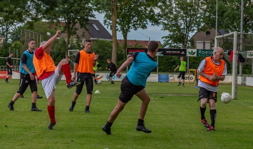 Voetbalwedstrijdje met leden van 16 tot 66 jaar! (foto: Johan van Ingen)