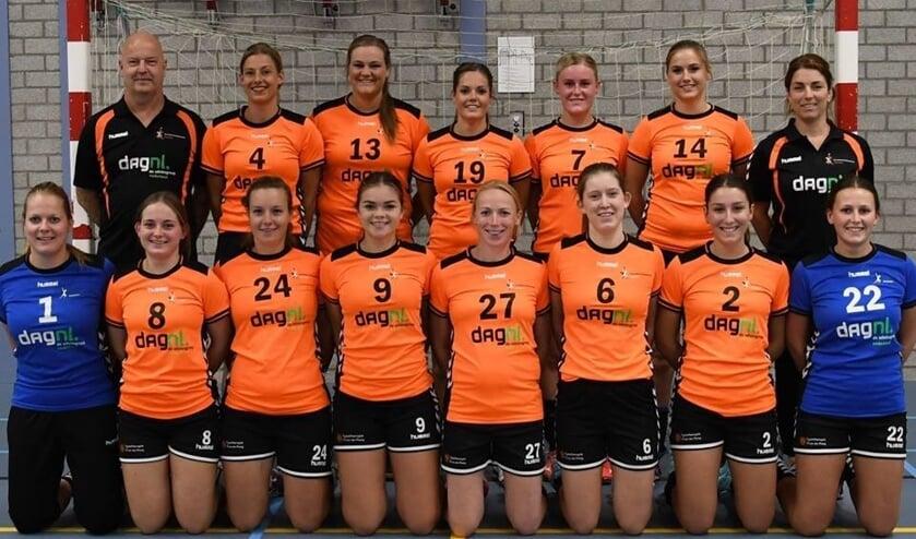 Teamfoto van HV Angeren van het afgelopen seizoen. De selectie blijft grotendeels in tact. Linksboven de vertrokken trainer Fred Wieland.