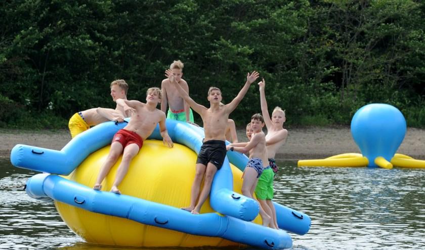 Zwembad Walburgen in Gendt heeft voldoende cheques bij elkaar weten te sprokkelen om een dit speeltje aan te kunnen schaffen. Afgelopen zaterdag werd het gepresenteerd. (foto Sjaak Veldkamp