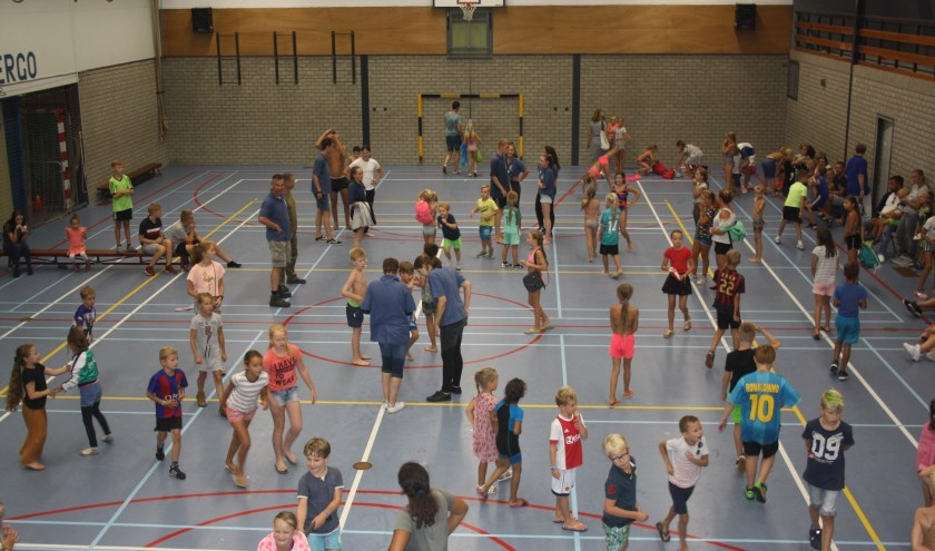 Jongeren in sportzaal tijdens tienkamp. (foto: Ronnie Koster)