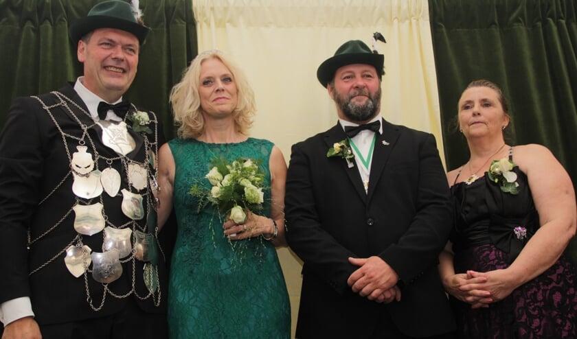 Links op de foto het nieuwe koningspaar Gijs Arts en Joyce, rechts het oude koningspaar Johnny en Rosita Janssen. (foto: Peter Hendriks)