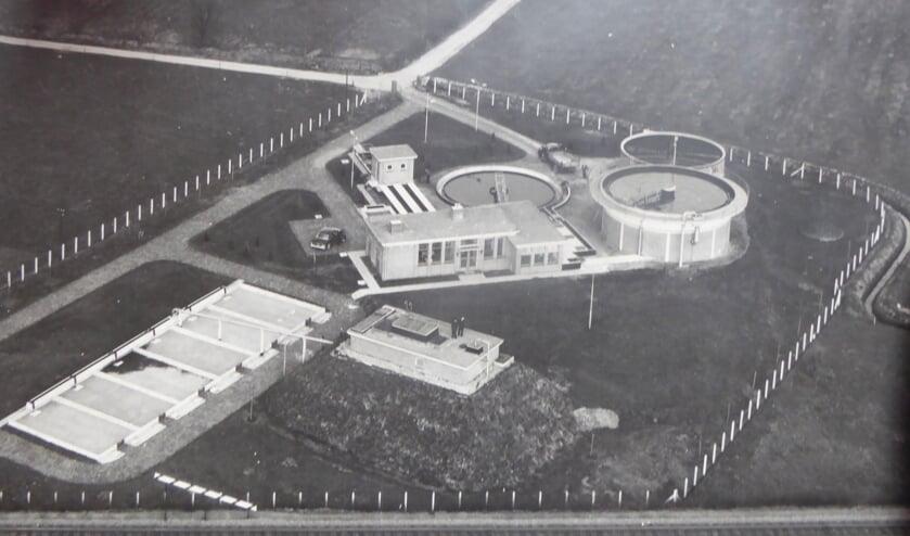 Luchtfoto van de waterzuiveringsinstallatie gelegen tussen de Cranenburgsestraat en de spoorlijn (foto: Collectie Heemkundekring Groesbeek)