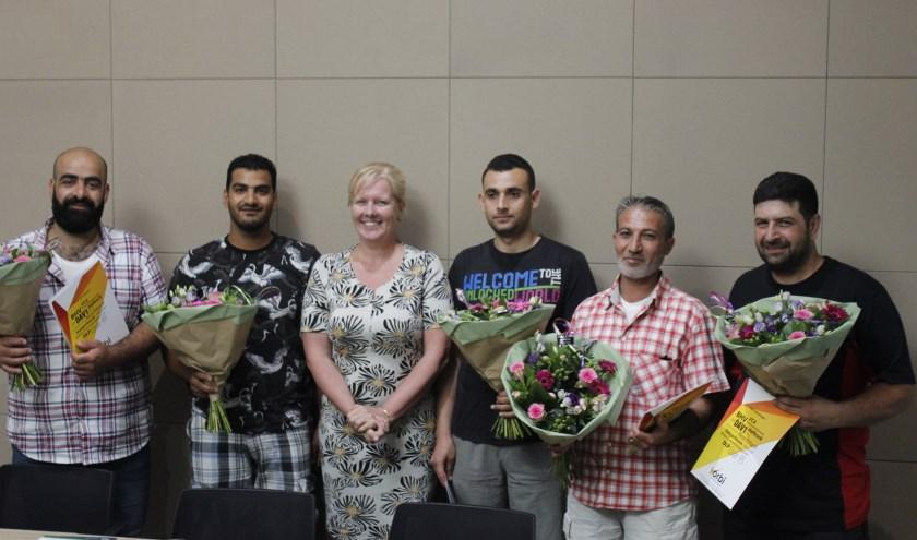 Belinda Elfrink reikt de VCA diploma's uit aan de zes geslaagde statushouders. (eigen foto)