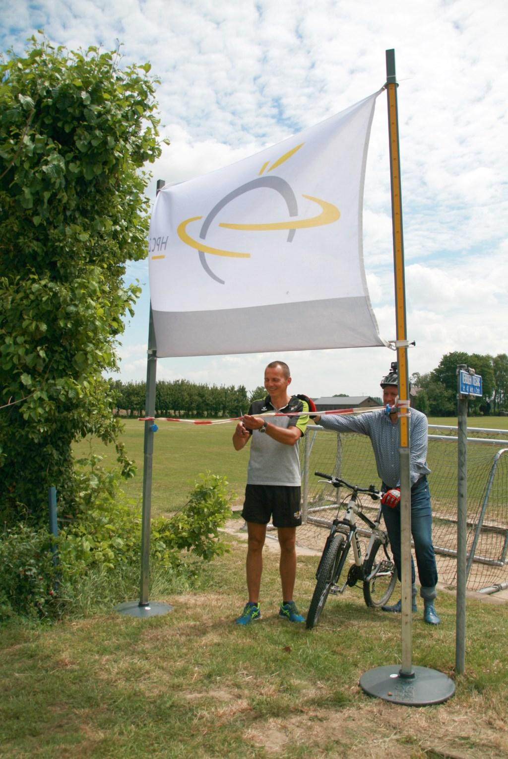 Initiatiefnemer Lubos Kyncl en rector Gijs Beekhuizen openen het mountainbikeparcours Foto: HPC Zetten © Hét Gemeentenieuws