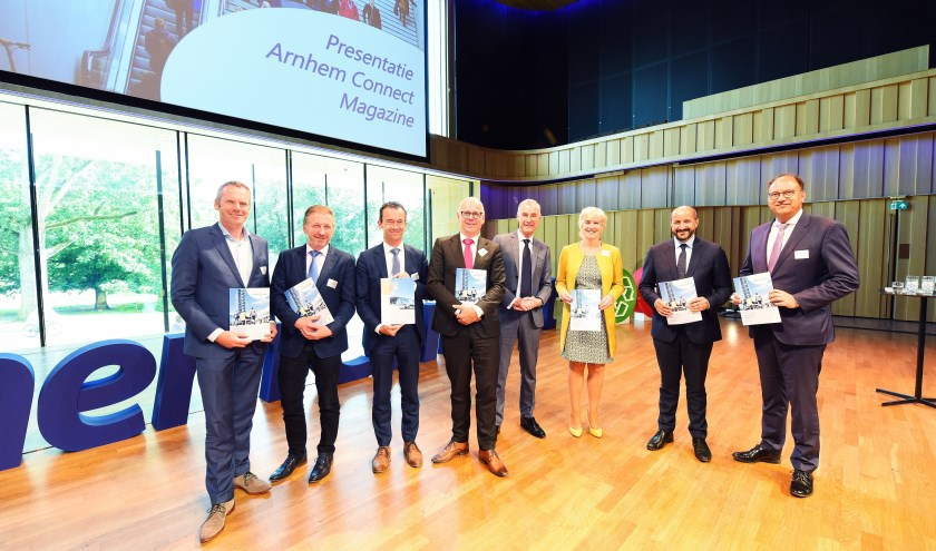 Burgemeesters en wethouders uit de regio nemen het magazine Arnhem Connect in ontvangst. (foto: Bas van Spankeren)