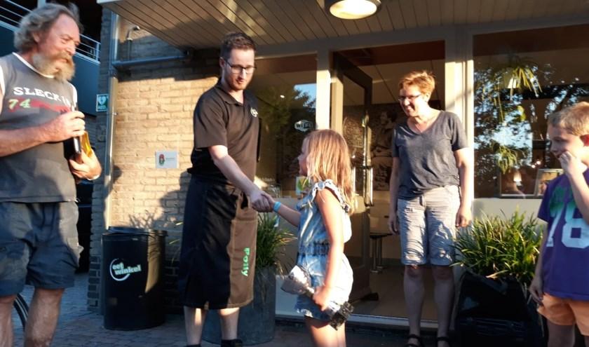 Tessa ontvangt haar eerste prijs. (foto: Henk Rikken)