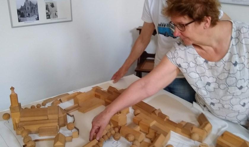 Bezoekers tentoonstelling 'Nooit gebouwd Huissen'. (foto: Hof van Hessen)