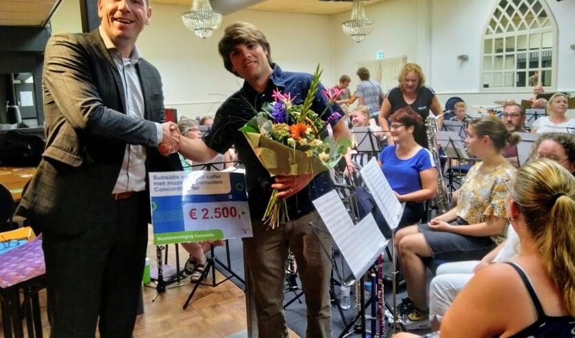 Wethouder Horsthuis-Tangelder overhandigt de subsidiecheque aan voorzitter Jerke Kloek. (foto: Ilse Aarsman)