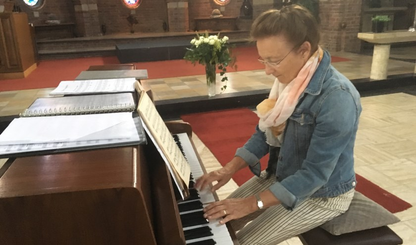 Els Thissen speelt piano tijdens de koffieochtend. (foto: archief Zandse Kerk)