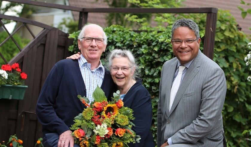 De heer en mevrouw Van de Pol samen met wethouder Stefan van Someren. (foto: 3JetFotografie Ochten)