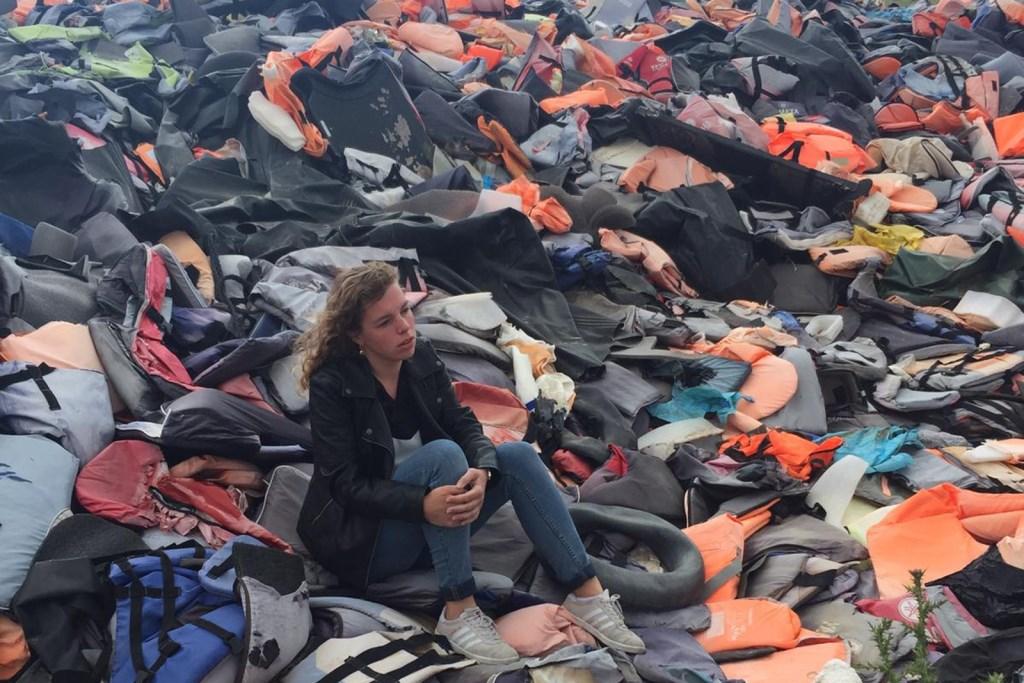 Martha vd Herik op de berg reddingsvesten van vluchtelingen die de oversteek wagen.  © Hét Gemeentenieuws