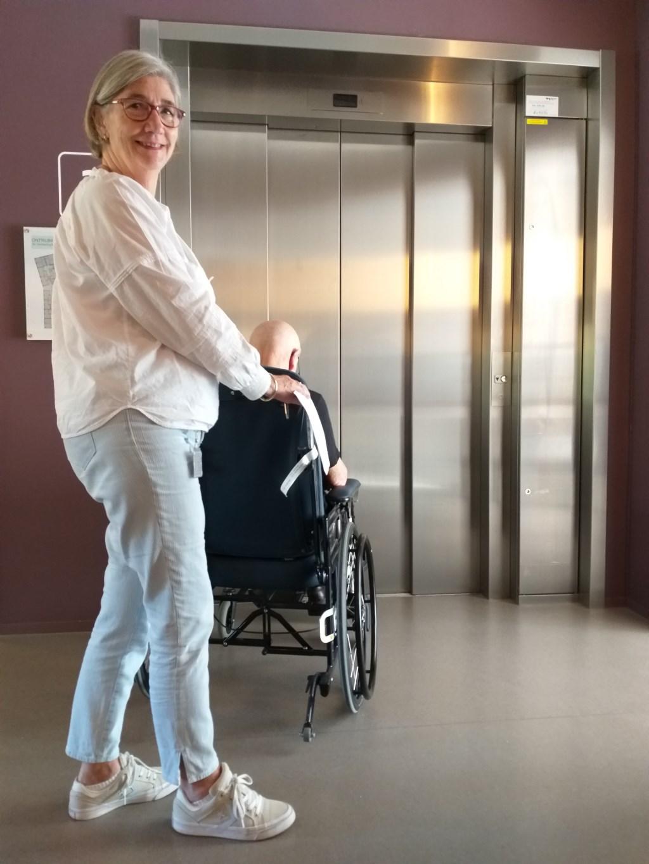 Noor zorgt in het herstelcentrum voor het brengen en halen van patienten naar therapie en activiteiten