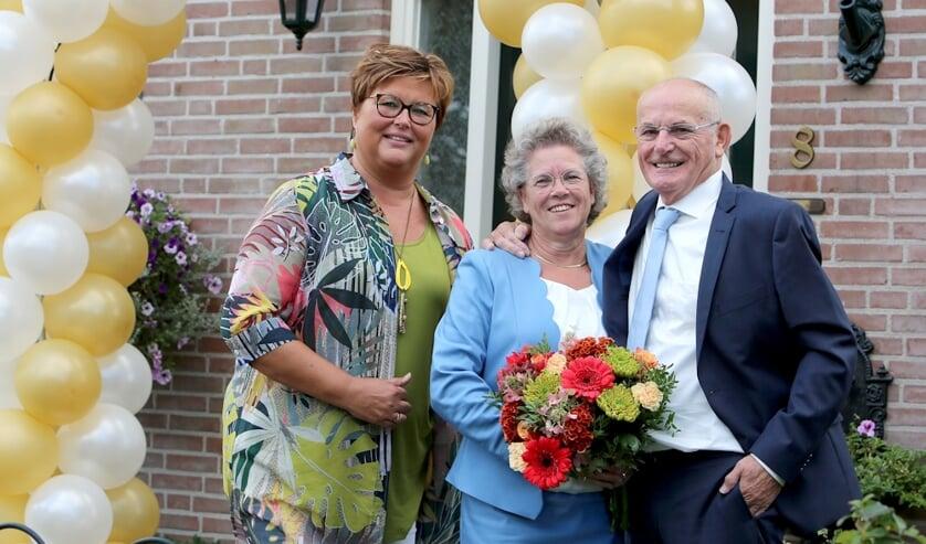 De heer en mevrouw Torn Broers-Verwoert met wethouder Herma van Dijkhuizen. (foto: 3Jet Fotografie)
