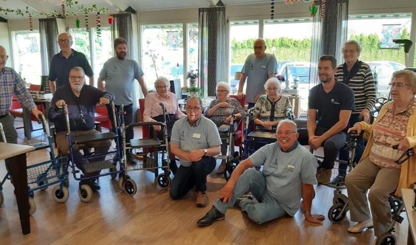 De rollatoractie van het repaircafé was een succes in het zorgcentrum Elim in Ochten. Inwoners konden terecht om hun rollator na te laten kijken en te repareren. (foto: Het Repaircafé)