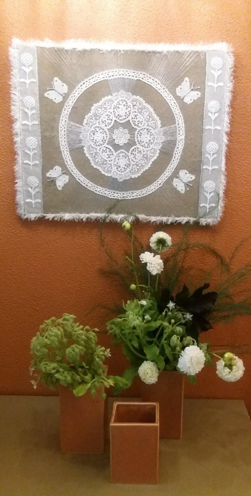 Collage met kant en bloemwerk met dahlia's. (foto: Adelheid Jochemsen)
