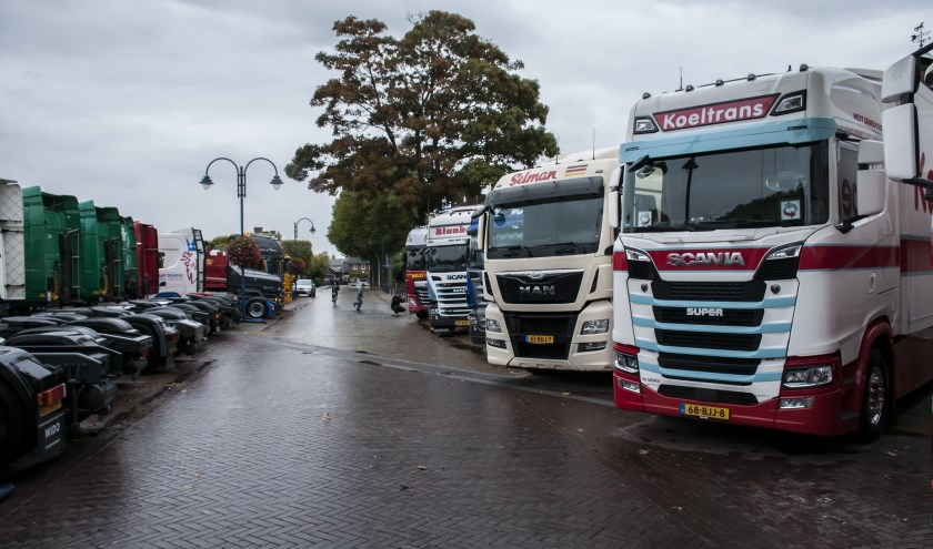 Trucks geparkeerd op het Julianaplein in Gendt. (foto: Fotoclub Lingewaard te Angeren)