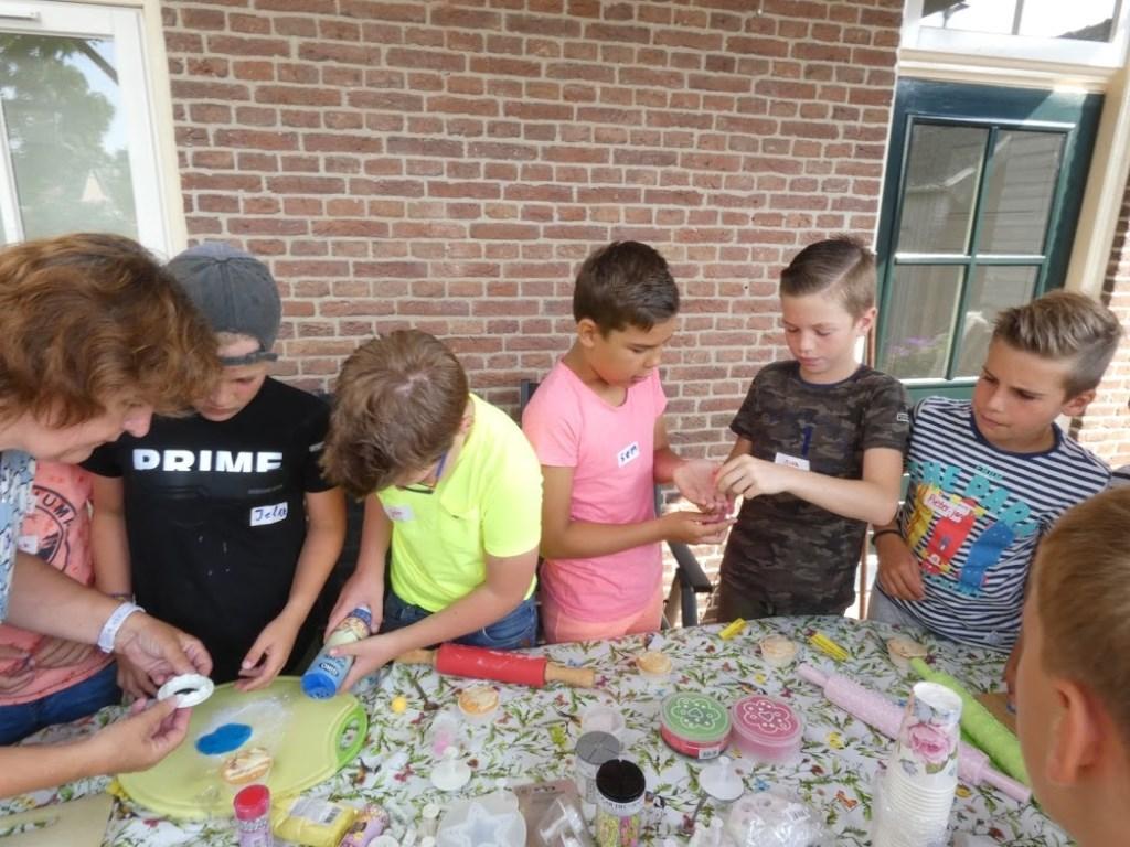 tieners workshop  cupe cakes maken Foto: Nelleke Brenkman © Hét Gemeentenieuws
