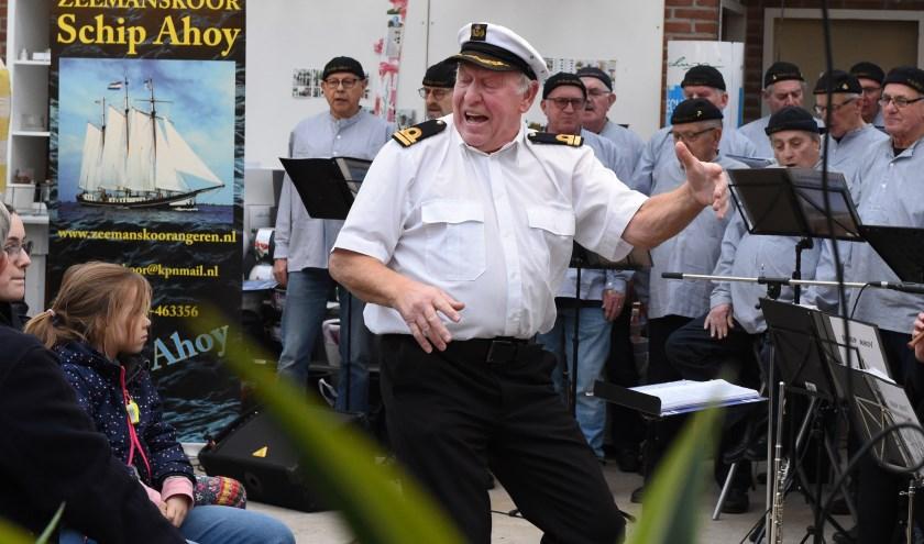 Zeemanskoor Schip Ahoy zorgt met de gepassioneerde dirigent Geert Huting voor een enerverende  afsluiting van de dag. (foto: Sjaak Veldkamp)