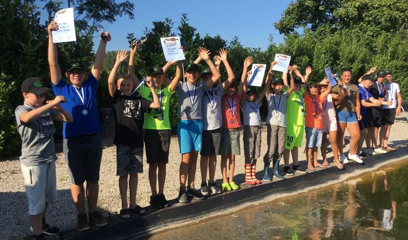 Het overgrote deel van de jeugdvissers uit Huissen tijdens het forel vissen. (foto: Ruben)