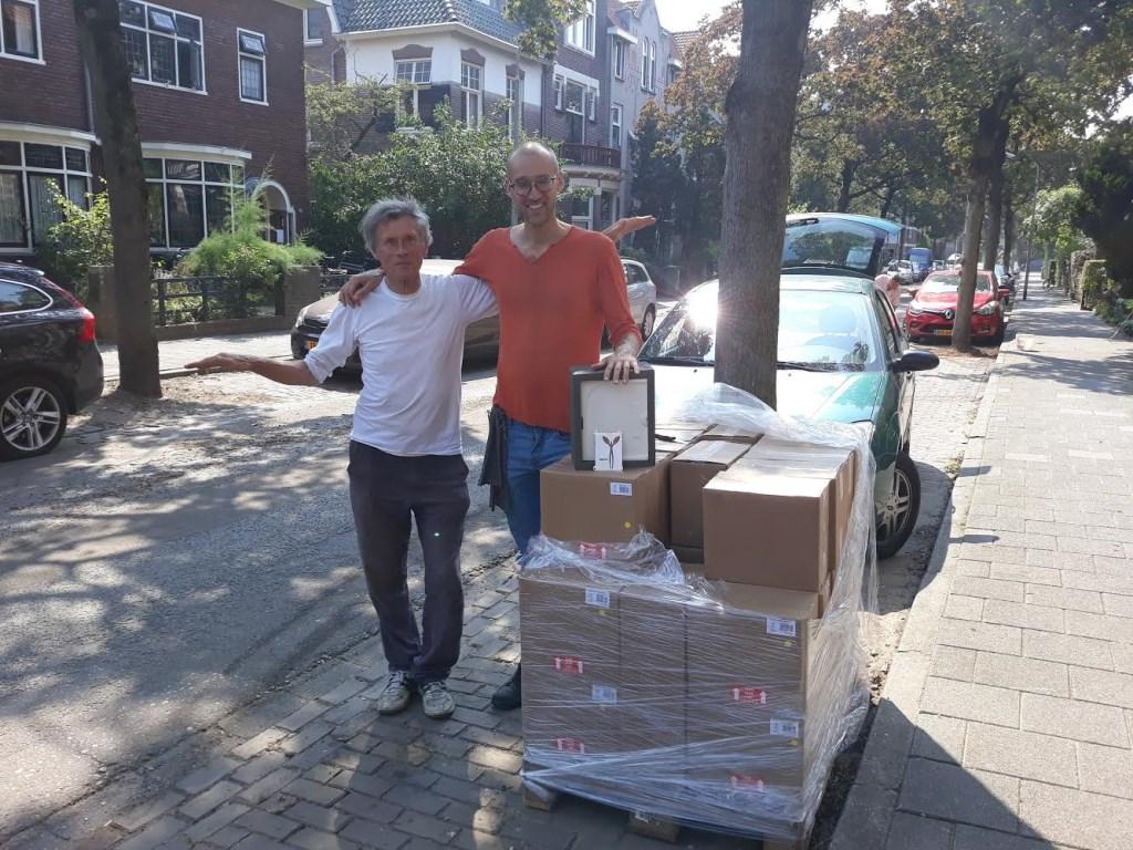 Twee vrijwilligers van Actie Thuismus bij de 43 tiny houses.   © Hét Gemeentenieuws