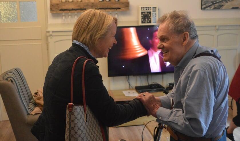Bewoner Juup Bosch ontvangt de burgemeester allerhartelijkst. (foto: Ronald van Put / Artemis)