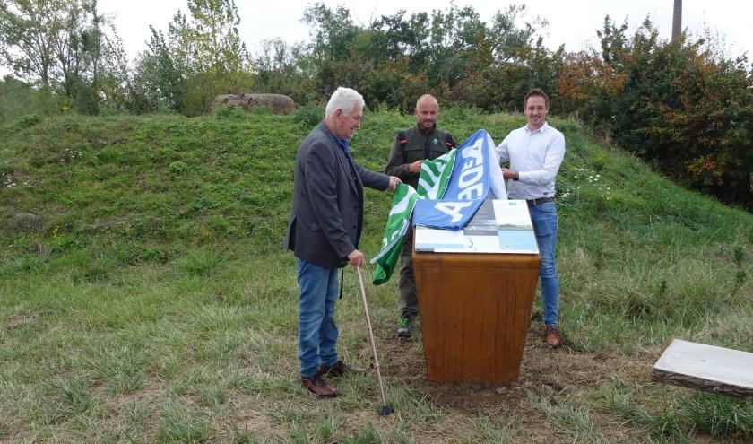 Gijs Bouwman (Historische Kring Bemmel), Twan Teunissen (Staatsbosbeheer) en Marten Smits (K3Delta) (van links naar rechts) onthullen het informatiepaneel. (foto: K3Delta)