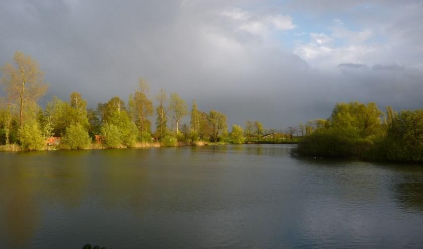 Regenwolken boven de visvijver.