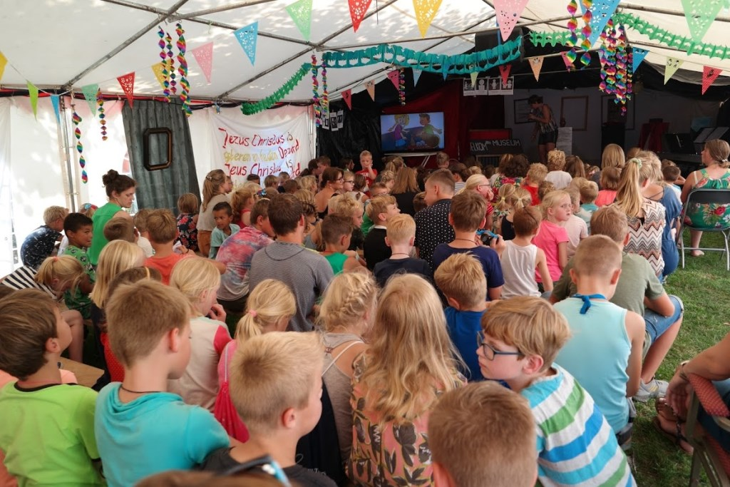 kinderen in de grote tent Foto: johan tins © Hét Gemeentenieuws