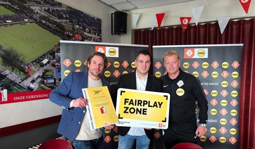 Stefan Emons (midden) van RKSV Driel heeft het felbegeerde ARAG Fair Play certificaat uit handen van Kevin Blom ontvangen. Links: E. Franken (ARAG).