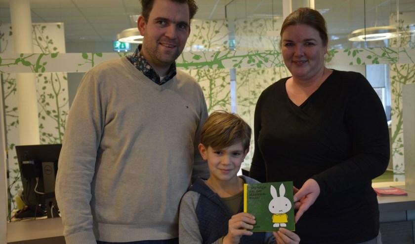 Peter Hoff en zoon Helger met Lianne van Daalen, ambtenaar van de burgerlijke stand nadat zoon Lauden was ingeschreven. (foto: Gemeente Neder-Betuwe)