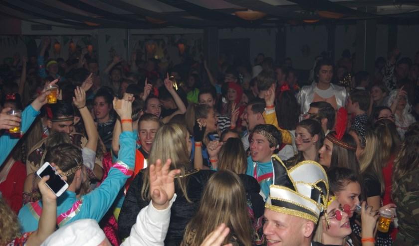 Feest in Deurdouwerdam. (foto: Peter Ariese)