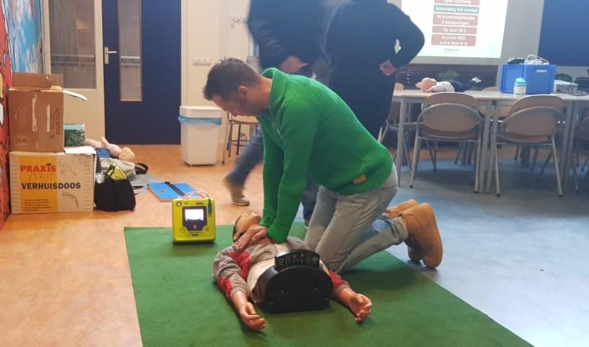 Herhaling reanimatie met AED. (foto: Gerritsen)