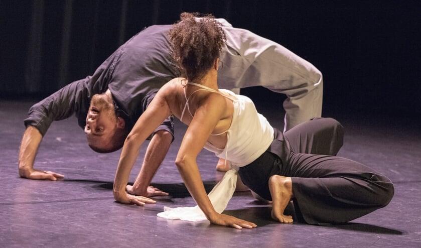 Kathrin Gramelsberger en Maarten Krielen tijdens de dans Ashe. (foto: Joost Flohil)